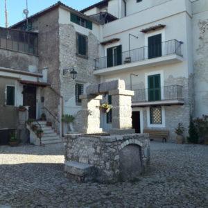 immagine Castel San Pietro Romano piazzetta con pozzo