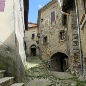 vicolo del borgo di Castelmenardo, costruzioni medievali con archi di ingresso