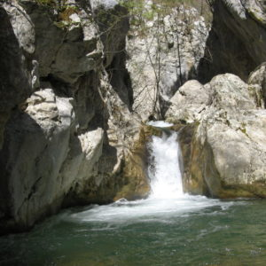 Piccole cascate del Torrente Apa dette Fosse Larghe che formano un laghetto